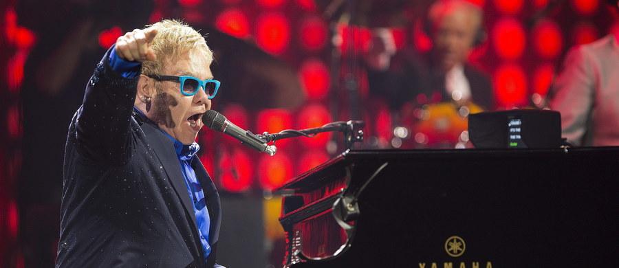 """Władimir Putin zaprosił Eltona Johna na spotkanie. Tym razem to rzeczywiście rosyjski prezydent zadzwonił do piosenkarza. W ubiegłym tygodniu Elton John padł """"ofiarą"""" rosyjskich komików, którzy zatelefonowali do artysty i podszyli się pod Putina."""