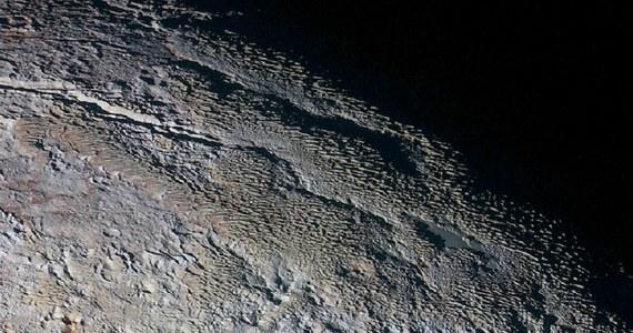 Zdjęcia, przesyłane przez sondę New Horizons po przelocie obok Plutona nie przestają zadziwiać naukowców. I NASA nie zwleka, by się tym zadziwieniem podzielić z całym światem. Właśnie opublikowano kolejne z nich, na którym powierzchnia planety karłowatej jest szczególnie interesująca. Przypomina skórę węża lub korę drzewa. Wszystko, tylko nie ciało niebieskie. Obraz jest kolorowy, zebrany z pomocą kamery MVIC (Ralph/Multispectral Visual Imaging Camera). Pokazuje szaroniebieskie pasma wzgórz i wypełnione czerwonawym materiałem doliny.