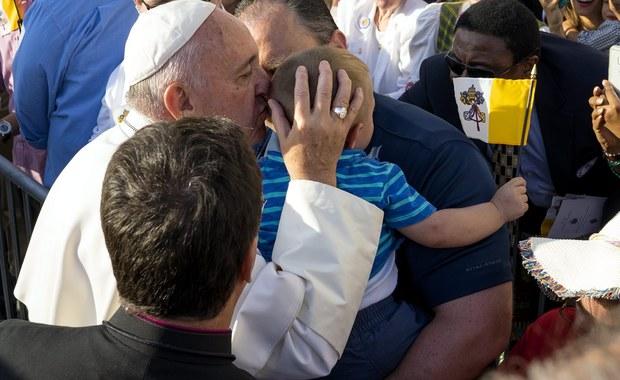 """Podczas nieszporów dla duchowieństwa w katedrze św. Patryka w Nowym Jorku papież Franciszek po raz drugi w czasie wizyty w USA zapewnił o wsparciu dla Kościoła, którego przedstawiciele """"znosili hańbę"""" za skandal pedofilii. Towarzyszę wam w bólu - mówił."""