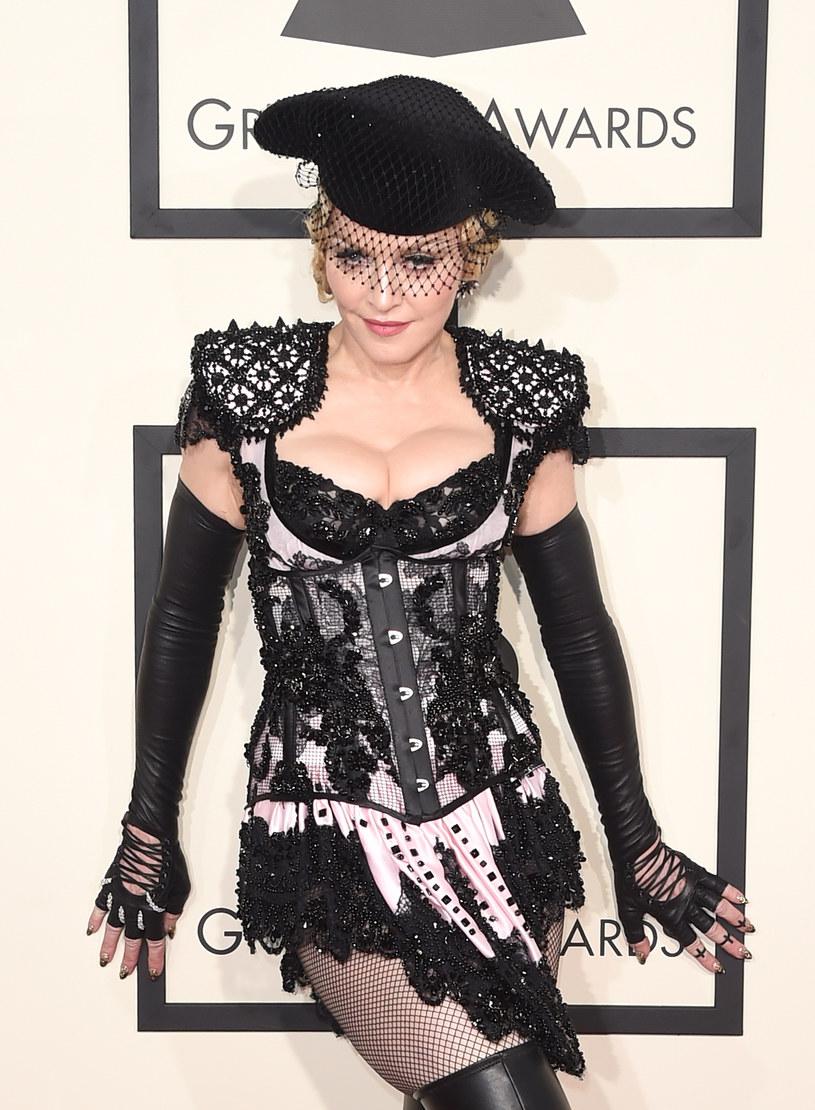 Madonna ma dość nietypowe sposoby na ukaranie swoich niesfornych pracowników. Przekonał się o tym jej tancerz, który spóźnił się na próbę i musiał... całować stopy królowej popu.