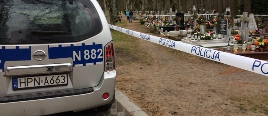 Makabryczna kradzież na cmentarzu komunalnym Dębica w Elblągu. Nieznani sprawcy z jednego z grobowców zabrali zwłoki, a drugie zbezcześcili.