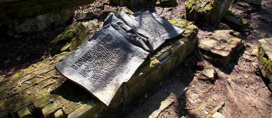 """W nocy z soboty na niedzielę skradziono tablicę upamiętniającą osoby, które w czasie II Wojny Światowej walczyły z narodowym socjalizmem. Do kradzieży doszło w """"Wilczym Szańcu"""" byłej kwaterze Hitlera w Gierłoży w województwie warmińsko-mazurskim."""