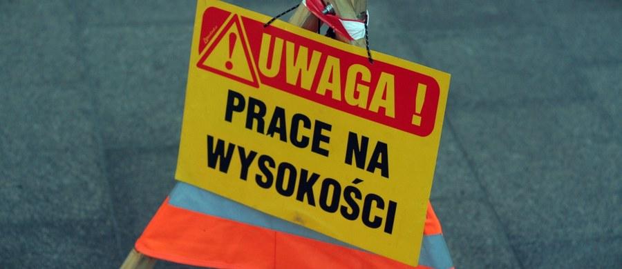 Tragiczny wypadek na budowie w Koszalinie w województwie zachodniopomorskim. Zginął pracownik przygnieciony przez zerwane przęsło dźwigu. Informację o tym wypadku dostaliśmy od słuchacza na Gorącą Linię RMF FM.