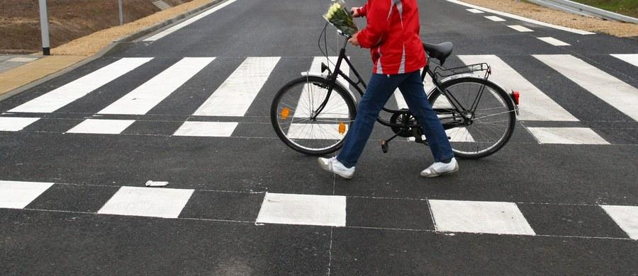 Pieszy będzie miał pierwszeństwo przed pojazdem i to zarówno na przejściu dla pieszych, jak i przed nim – taką decyzję podjęli posłowie, uchwalając nowelę Prawa o ruchu drogowym. Zmiany mają obowiązywać od 2017 roku.