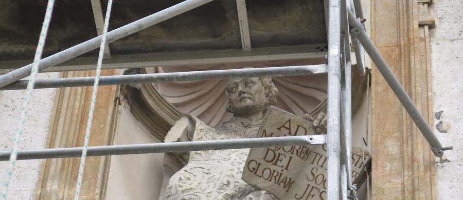 Z zabytkowej figury świętego Ignacego Loyoli, umieszczonej w fasadzie kościoła Świętych Apostołów Piotra i Pawła w Krakowie, odpadła ręka. Kilkukilogramowy wapień spadł na kamienne płyty u wejścia do świątyni. Na szczęście nikomu nic się nie stało.