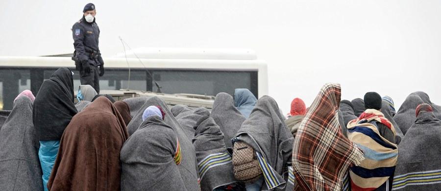 """Coraz więcej krajów UE chce realizować holenderski pomysł na zatrzymanie milionów uchodźców poza unijnymi granicami. Chodzi o budowanie ogromnych, w miarę luksusowych obozów w takich krajach jak Jordania, Libia, Turcja czy nawet Serbia. Dopiero stamtąd już wyselekcjonowani """"prawdziwi"""" uchodźcy trafialiby do Polski, Niemiec czy Portugalii. Pomysł ten zakłada jednak istnienie stałego mechanizmu rozdziału uchodźców między kraje UE. Polska takiemu mechanizmowi się sprzeciwia, a rząd twierdził nawet, że udało mu się taki automatyzm zatrzymać."""