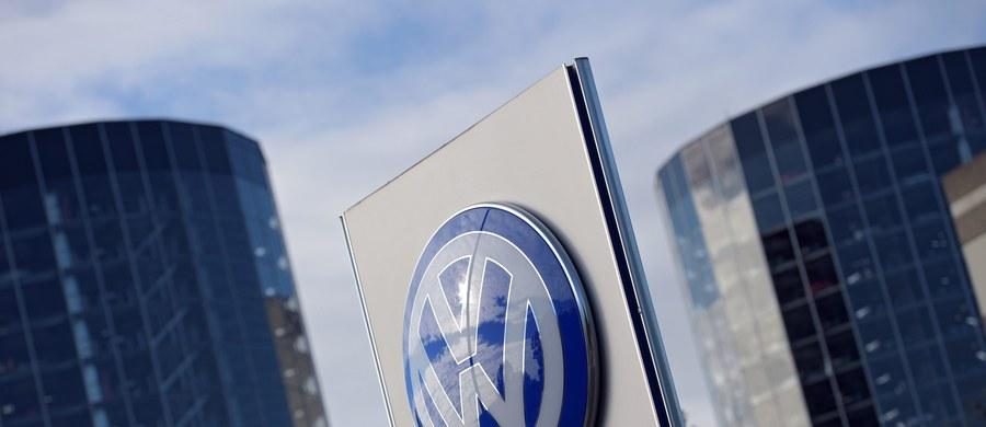 Skandal z instalowaniem w produkowanych przez koncern Volkswagena samochodach oprogramowania ograniczającego neutralizację tlenków azotu w spalinach silników Diesla dotyczy także lekkich samochodów dostawczych - oświadczył niemiecki minister transportu. W sumie w Niemczech chodzi o 2,8 mln samochodów w Niemczech.
