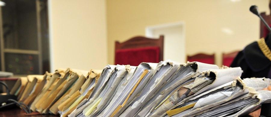 Krakowski Sąd Okręgowy utrzymał wyrok skazujący byłego krakowskiego urzędnika Jana Tajstera na 5 tys. zł grzywny za sfałszowanie dokumentacji przetargowej. To pierwszy prawomocny wyrok skazujący w sprawie byłego urzędnika, przeciwko któremu prokuratury w Krakowie i Nowym Sączu skierowały do sądów 13 aktów oskarżenia.