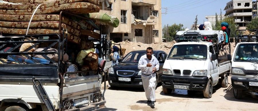 Jeden z wyszkolonych przez Amerykanów przywódców syryjskich rebeliantów poinformował armię Stanów Zjednoczonych, że przekazał sześć dostarczonych przez Zachód ciężarówek i amunicję powiązanym z Al-Kaidą bojownikom z Frontu al-Nusra - podała agencja Associated Press.