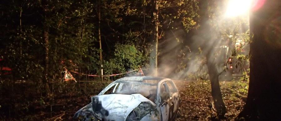 Do tragicznego wypadku doszło około godziny 3:00 w nocy w miejscowości Rheinfelden w kantonie Aargau w Szwajcarii. Po uderzeniu w drzewo, auto stanęło w płomieniach. Na miejscu zginęło pięć osób, dwie są w stanie ciężkim.