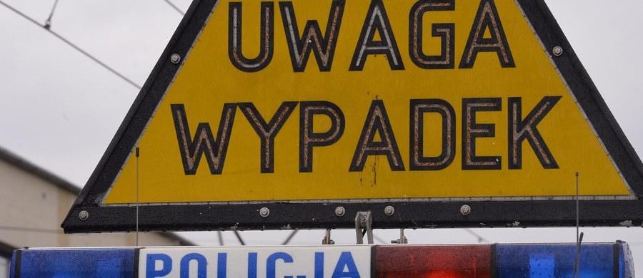 Podkarpacka policja wyjaśnia okoliczności tragicznego wypadku w miejscowości Wylewa. Osobówka zderzyła się tam z ciężarówką. Zginęły trzy osoby, w tym 8-letnie dziecko.