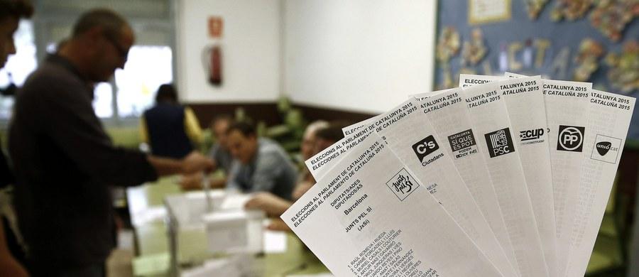 """Mieszkańcy Katalonii głosują w przedterminowych wyborach do lokalnego parlamentu, uważanych za plebiscyt ws. niepodległości tego autonomicznego i najbogatszego regionu Hiszpanii. Przedwyborcze sondaże wskazywały jasno, że większość mogą uzyskać ugrupowania proniepodległościowe - a zwolennicy secesji zapowiedzieli już, że w ciągu półtora roku od przewidywanego zwycięstwa ogłoszona zostanie niepodległość regionu. Przed takim krokiem ostrzegają Katalończyków m.in. były sekretarz generalny NATO Javier Solana i były szef Parlamentu Europejskiego Josep Borrell. """"Społeczność międzynarodowa nie uzna niepodległości zdobytej po partyzancku przez najbogatszy region Hiszpanii, który pragnie uciec, ponieważ nie chce być solidarny z resztą Hiszpanii"""" - przestrzegał Borrell - rodowity Katalończyk."""