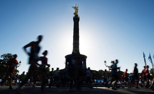 Wicemistrz Europy Yared Shegumo (AZS AWF Warszawa) wynikiem 2:10.47 zajął ósme miejsce w 42. maratonie berlińskim. Zwyciężyli reprezentanci Kenii z najlepszymi w tym roku czasami na świecie - Eliud Kipchoge 2:04.01 i Gladys Cherono 2:19.25. Biegło ponad 41 tys. osób ze 131 krajów.