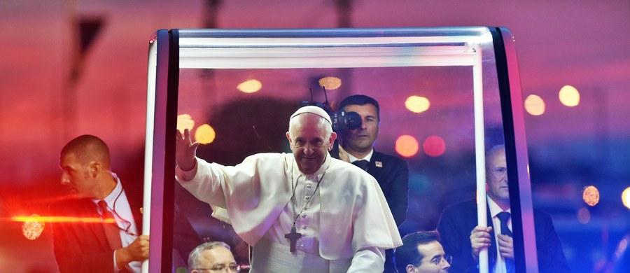 """Papież Franciszek zwracając się do biskupów przybyłych na Światowe Spotkanie Rodzin w Filadelfii poinformował dziś, że spotkał się z ofiarami księży pedofilów. """"Przyrzekam, że wszyscy odpowiedzialni za seksualne wykorzystanie nieletnich zostaną ukarani"""" – stwierdził. """"Bóg płacze. Tych przestępstw i grzechów seksualnego wykorzystywania dzieci nie można dalej utrzymywać w tajemnicy"""" – dodał."""