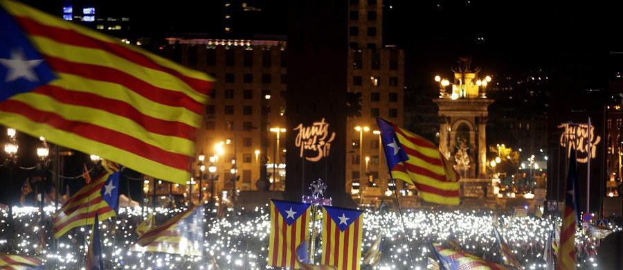 """Ugrupowania proniepodległościowe zdobywają absolutną większość w wyborach do parlamentu Katalonii - wynika z sondaży exit poll. Ruch """"Razem dla Tak"""" dostał 63-66 mandatów w 135-miejscowym parlamencie, jego lewicowy sojusznik Kandydatura Jedności Ludowej - 11-13."""