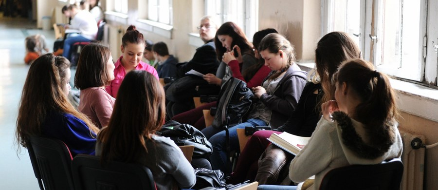 """Według szacunków przeszło połowa z ponad 600 tys. nauczycieli w całej Polsce udziela korepetycji. Ale tylko część rozlicza się z nich z fiskusem - pisze """"Gazeta Wyborcza""""."""