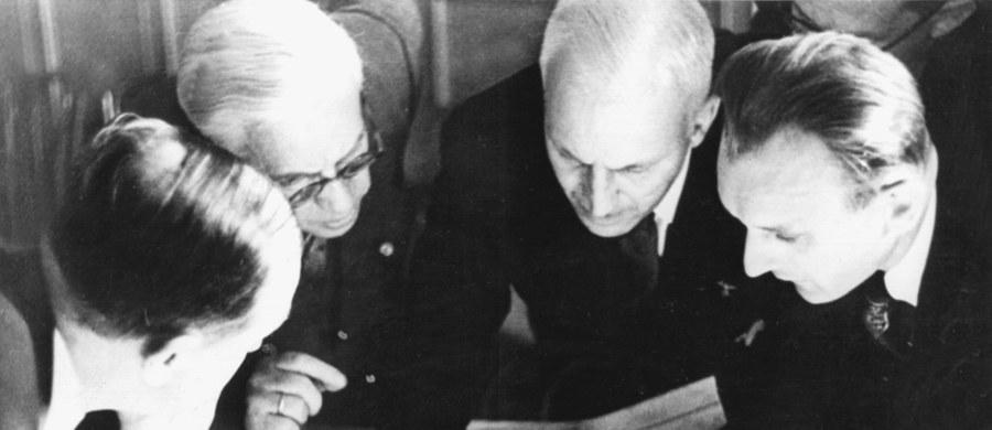 """28 września 1939 r. w Moskwie zawarty został układ """"O granicy i przyjaźni"""" pomiędzy ZSRS i III Rzeszą. """"Położony został kres nienormalnym stosunkom, jakie od szeregu lat istniały pomiędzy Związkiem Sowieckim i Niemcami"""" - mówił komisarz spraw zagranicznych ZSRS Wiaczesław Mołotow.Układ podpisali, podobnie jak ten z 23 sierpnia 1939 r., minister spraw zagranicznych III Rzeszy Joachim von Ribbentrop oraz ludowy komisarz spraw zagranicznych ZSRS Wiaczesław Mołotow, pełniący jednocześnie funkcję przewodniczącego Rady Komisarzy Ludowych (premiera)."""