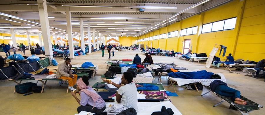 Kilkanaście osób rannych, w tym trzech policjantów – tak skończyła się bijatyka w ośrodku dla uchodźców w Kalden na zachodzie Niemiec. Policja ustala jeszcze szczegóły bójki, ale wiadomo, że zaczęło się od kłótni dwóch uchodźców na stołówce.