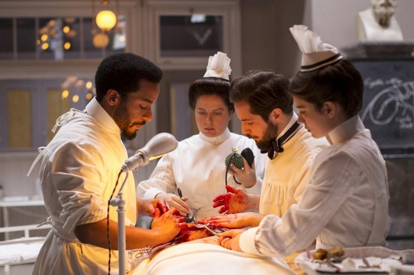 """Już niebawem zobaczymy nowe odcinki serialu """"The Knick"""", opowiadającego o narodzinach współczesnej chirurgii. Drugi sezon produkcji będzie można oglądać od 17 października w Cinemax i HBO GO. Serial wyreżyserował laureat Oscara, Steven Soderbergh (""""Ocean's Eleven: Ryzykowna gra""""), a rolę główną gra Clive Owen (""""Bliżej"""")."""