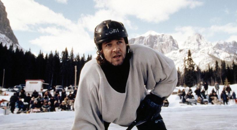 """W ofercie telewizyjnego kanału Paramount Channel nie brakuje kinowych przebojów. Hitem nadchodzącego tygodnia jest film z 1999 roku """"Mystery, Alaska"""", w którym główną rolę zagrał rozpoczynający wówczas hollywoodzką karierę, Russell Crowe. Jakie inne produkcje znajdziemy w najbliższej ramówce stacji?"""