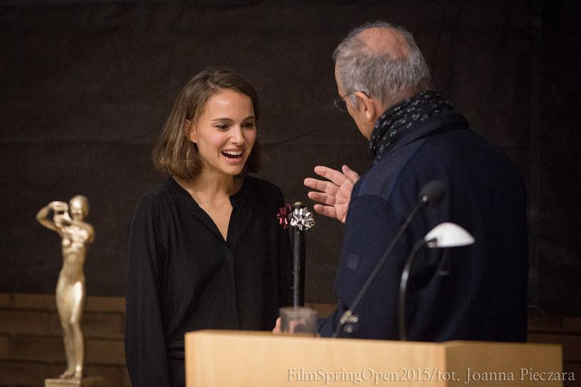 """26 września w krakowskich Przegorzałach rozpoczęły się interdyscyplinarne warsztaty audiowizualne organizowane przez Sławomira Idziaka. Zaproszenie na jubileuszową edycję Plenerów przyjęła Natalie Portman. Aktorka podzieliła się doświadczeniami z pracy na planie """"A Tale of Love and Darkness"""" i odebrała klucz do Cinebusa."""