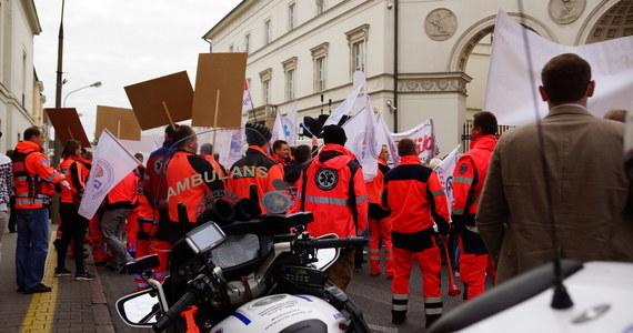 """Nasze emerytury będą żenującej wysokości - mówili protestujący w Warszawie przedstawiciele służb medycznych. Ulicami stolicy przeszło około dwóch tysięcy ratowników medycznych, fizjoterapeutów i szpitalnych laborantów. Domagają się podwyżek i etatów zamiast kontraktów. Jednym z haseł protestu jest """"Nie chcemy być tylko służbą dla służby zdrowia"""". W demonstracji brały udział osoby zatrudnione m.in. w ratownictwie medycznym, diagnostyce laboratoryjnej, elektroradiologii, radioterapii, medycynie nuklearnej czy fizjoterapii"""