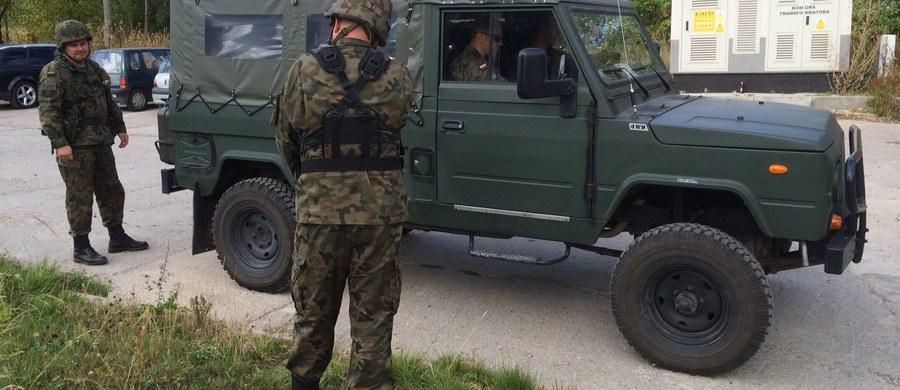 """Dziewiętnastu żołnierzy z I Pułku Saperów w Brzegu i Centrum Szkolenia Wojsk Inżynieryjnych i Chemicznych do soboty będzie sprawdzać teren w Wałbrzychu, gdzie ma być ukryty """"złoty pociąg"""". Akcja prowadzona będzie na obszarze pół hektara. Żołnierze wykorzystają sprzęt do wykrywania m.in. wojskowe georadary, nie będą jednak szukać pociągu."""