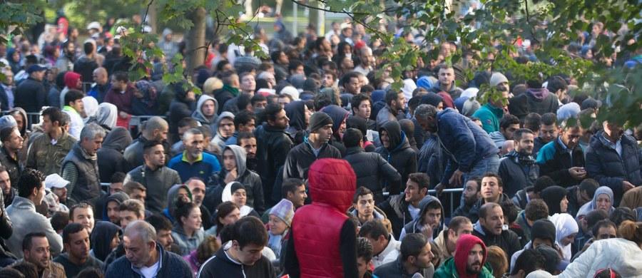 """""""Polska współpracuje ze służbami specjalnymi Ukrainy w sprawie uchodźców"""" – dowiedział się reporter RMF FM Romuald Kłosowski. To kolejny wywiad – po izraelskich służbach, który pomaga weryfikować osoby, które legalnie, bądź nielegalnie – starają się dotrzeć do Polski. """"Nasza Straż Graniczna wciąż spotyka się także z próbami imigracji z Kaukazu. Co pewien czas kilkaset osób próbuje przedostać się pociągami przez naszą granicę"""" - mówi w rozmowie z RMF FM koordynator polskich służb specjalnych Marek Biernacki. """"Takiego korytarza (przez Ukrainę i Polskę) chciałoby paru niemieckich polityków, ale traktujemy ten plan poważnie. Choć wiemy, że to trudna wędrówka i mało prawdopodobna, aby mogła się wydarzyć. Ale nie chcemy być zaskoczeni, tak jak ostatnio Węgrzy"""" - dodaje."""