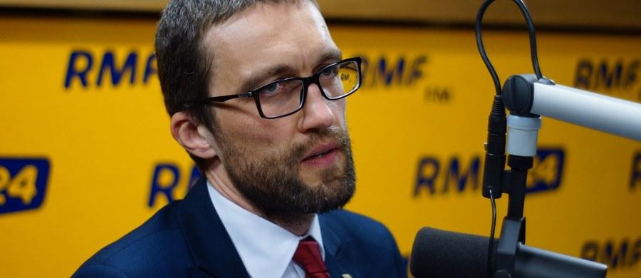"""""""Z jednej strony mówią, żeby obywatele decydowali, a w rzeczywistości, kiedy my w ramach swoich kampanii obywatelskich wychodzimy do polityków, prosimy ich o wysłuchanie, przedstawiamy konkretne pomysły, rozwiązania ustawy, to nagle okazuje się, że wcale nie chcą słuchać"""" - mówi gość programu """"Danie do Myślenia"""" w RMF Classic prezes Instytutu Spraw Obywatelskich Rafał Górski. Dodaje, że dzisiejsze partie mają niskie poczucie dobra wspólnego. """"My poszukujemy pomysłów i rozwiązań na to, żeby obywatelskość wreszcie miała swoje naczelne miejsce w sprawowaniu władzy"""" - mówi Górski. Jego zdaniem, """"żeby coś się zmieniło w Polsce, to musi być wreszcie zmieniona kwestia pojmowania przez obywateli i polityków tematu polityki""""."""