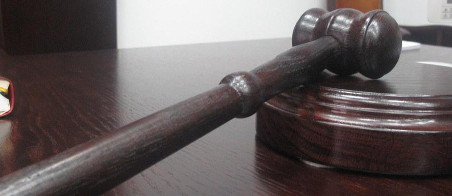 Prokuratura Rejonowa w Kętrzynie umorzyła śledztwo ws. podejrzeń molestowania przez księdza kilkunastu dziewczynek poniżej 15. roku życia. Do takich zachowań miało dochodzić w dwóch parafiach w województwie warmińsko-mazurskim, w których duchowny był proboszczem.