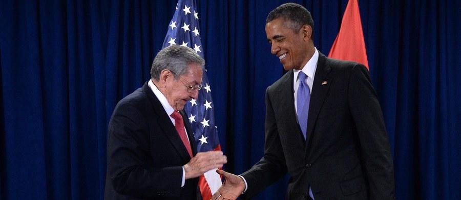 Prezydent USA Barack Obama spotkał się na marginesie Zgromadzenia Ogólnego Narodów Zjednoczonych ze swoim kubańskim odpowiednikiem Raulem Castro. To drugie bezpośrednie spotkanie obu liderów, a pierwsze od czasu wznowienia stosunków dyplomatycznych między Waszyngtonem a Hawaną. Rozmowa trwała ok. 30 minut – politycy nie rozmawiali po niej z dziennikarzami.