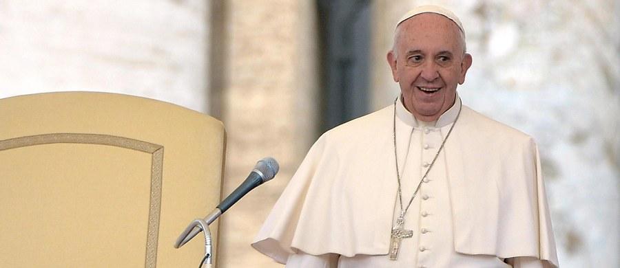 W czasie swej niedawnej podróży do USA papież Franciszek spotkał się z Kim Davis - byłą urzędniczką w stanie Kentucky, która na początku września została aresztowana za odmowę wydania z powodów religijnych dokumentów poświadczających ślub pary homoseksualnej.