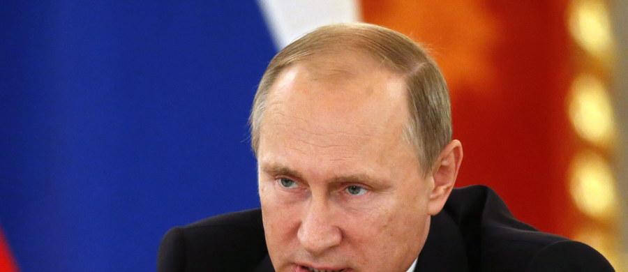 Czeka nas zmiana geopolityczna w Unii Europejskiej. Rosja dzięki swojej akcji w Syrii - wraca na scenę międzynarodową. Kraje Europy Środkowo-Wschodniej - tracą na znaczeniu w UE. Unia Europejska przesuwa swoje zainteresowanie ze Wschodu - na Południe. To scenariusz, który już zaczyna się realizować. Jest oczywiście jeszcze wiele niewiadomych, ale już słychać, że niektóre kraje Unii gotowe są łagodzić sankcje ekonomiczne wobec Rosji.