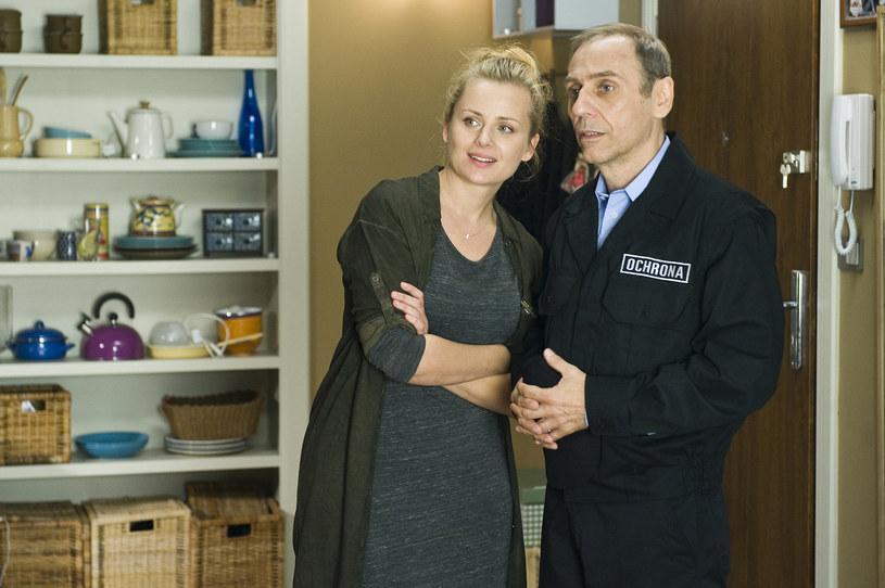 """W nowym serialu TVN-u """"Singielka"""" Tomasz Sapryk wciela się w ochroniarza strzegącego osiedla, na którym mieszka jego była żona. Produkcja zadebiutuje na antenie już w najbliższy poniedziałek, 5 października."""