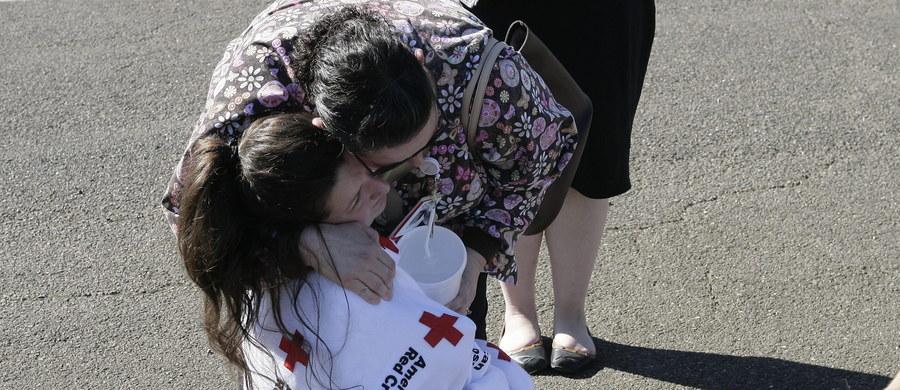 Dziewięć osób zabitych, siedem rannych w tym trzy ciężko - taki jest bilans strzelaniny na terenie college'u w stanie Oregon w USA. Amerykańskie media podają, że napastnik został zastrzelony przez policję podczas próby zatrzymania. Najnowsze doniesienia wskazują również, że w czasie ataku sprawca najpierw kazał swym ofiarom położyć się na podłodze, a następnie podnieść się. Gdy to zrobili, zapytał się o ich religie i zaczął strzelać na oślep.