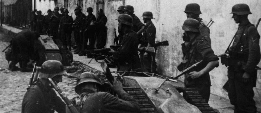 """71 lat temu upadło Powstanie Warszawskie. 2 października 1944 r., przedstawiciele KG AK płk Kazimierz Iranek-Osmecki """"Jarecki"""" i ppłk Zygmunt Dobrowolski """"Zyndram"""" podpisali w kwaterze SS-Obergruppenfuehrera Ericha von dem Bacha w Ożarowie układ o zaprzestaniu działań wojennych w Warszawie. Powstanie warszawskie było największą akcją zbrojną podziemia w okupowanej przez Niemców Europie. Planowane na kilka dni, trwało ponad dwa miesiące. Jego militarnym celem było wyzwolenie stolicy spod niezwykle brutalnej niemieckiej okupacji, pod którą znajdowała się od września 1939 r."""
