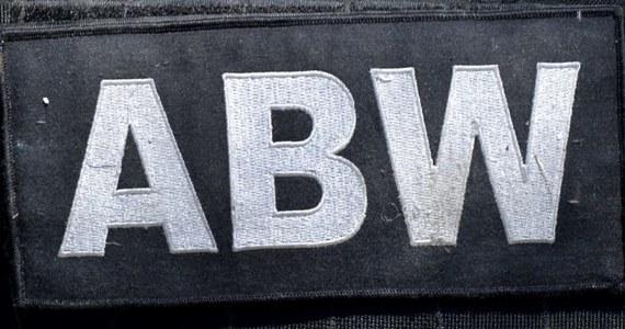 Będzie śledztwo w sprawie nieumyślnego spowodowania śmierci cywilnego pracownika ABW - dowiedział się reporter RMF FM Krzysztof Zasada. Chodzi o tragiczne zdarzenie z zamkniętego ośrodka szkoleniowego Agencji koło Warszawy. Nad ranem znaleziono tam ciało 34-latka. Informację na ten temat dostaliśmy na Gorącą Linię RMF FM.