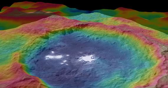 NASA opublikowała nowe, kolorowe obrazy topograficzne planety karłowatej Ceres, opracowane na podstawie zdjęć i pomiarów wykonanych przez sondę Dawn. Widać na nich dwie najbardziej zagadkowe struktury, zaobserwowane na jej powierzchni, tajemnicze białe plamy na dnie krateru Occator i równie zagadkową stożkową górę. Pochodzenia tych obiektów naukowcy wciąż nie są w stanie wytłumaczyć.