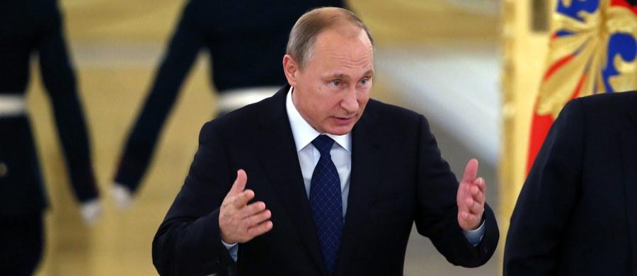 Już siedem krajów domaga się od Rosji przerwania nalotów w Syrii. Turcja, USA, Wielka Brytania, Francja, Niemcy, Arabia Saudyjska i Katar alarmują, że bomby i rakiety spadają nie tylko na pozycje Państwa Islamskiego, ale i na inne oddziały wojowników walczące z syryjskim reżimem. Z oświadczenia Turcji płynie ostrzeżenie, że rosyjskie naloty jeszcze bardziej zdestabilizują sytuację w regionie i wciągną Rosję w konflikt. Uważa tak również Igor Siutiagin, polityczny uciekinier z Rosji, który Władimira Putina nazywa… małpą z granatem, grającą na wzrost cen ropy.