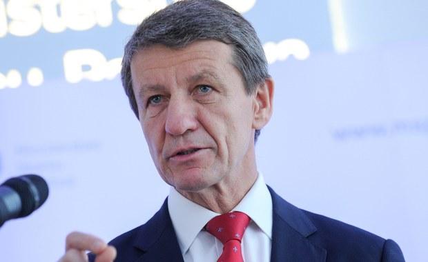 """""""Budowa terminalu LNG będzie zakończona w październiku"""" - mówi Gość Krzysztofa Ziemca w RMF FM minister skarbu Andrzej Czerwiński. Pytany o deklaracje wcześniejszego ministra Włodzimierza Karpińskiego, że pierwszy statek miał przepłynąć już w wakacje, odpowiada: """"To, czy ktoś obiecywał czy nie, na podstawie powiedzmy niepewnych informacji, to mogły być po prostu zamierzenia"""". """"Ja mogłem powiedzieć wtedy, jak oceniłem poziom prac na budowie, że gaz przepłynie w tym roku"""" - dodaje. """"Jeszcze w tym roku przypłynie statek z gazem"""" - zapowiada minister. """"Warunek finansowy jest spełniony. To Włosi gwarantują, że w tym roku statek będzie mógł napełnić zbiorniki. Gdyby był przytrzymany na dzień, dwa, to oni ponoszą finansową odpowiedzialność za te przedsięwzięcia"""" - mówi Czerwiński. Tauron? """"Rada nadzorcza oceniła działania zarządu. To nie było chwilowe, tylko takie spotkania już były od paru miesięcy. Ja w ministerstwie pracuję czwarty miesiąc, ale już drugi raz widziałem próbę oceny działań zarządu Tauronu. Słyszałem o tych markowanych działaniach, a nie o konkretnych wywiązaniach się z zadań"""" - opowiada minister."""