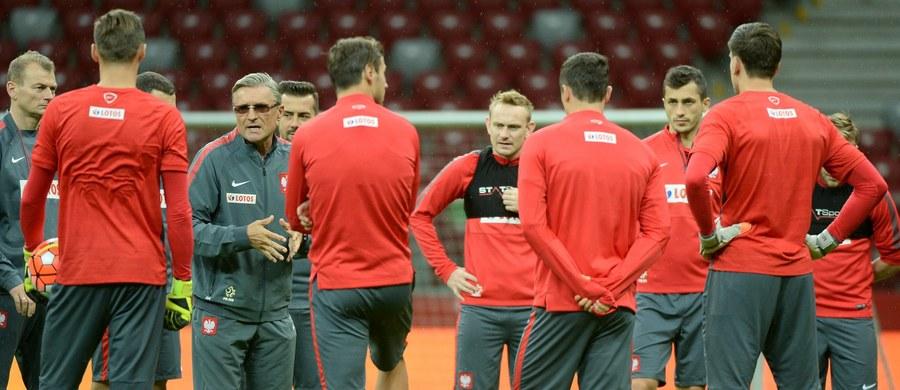 Dwóch obrońców i siedmiu pomocników z polskiej ekstraklasy powołał Adam Nawałka do kadry na październikowe mecze eliminacji mistrzostw Europy ze Szkocją i Irlandią. Czterech piłkarzy z tego grona na co dzień występuje w Lechii Gdańsk. Powołanie dostał również Bartosz Kapustka z Cracovii, który zadebiutował w kadrze - wpisując się od razu na listę strzelców - we wrześniowym meczu z Gibraltarem (8:1).