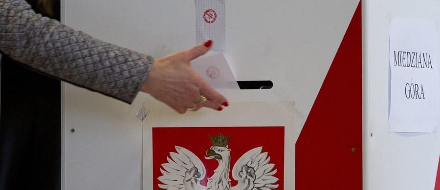 Nie ma chętnych do pracy w komisjach wyborczych. Problem widać w największych miastach. W Warszawie na przykład brakuje aż pięciu tysięcy osób - dowiedział się reporter RMF FM Romuald Kłosowski. Wkrótce mija termin zgłaszania się chętnych do pracy w komisjach.