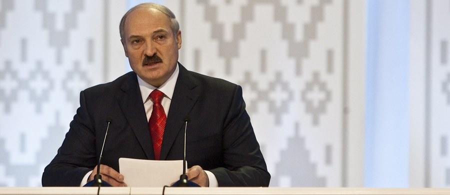 """""""Państwo białoruskie będzie istnieć wiecznie. Nikomu nigdy nie oddamy ani piędzi swojej ziemi i nie pretendujemy na ziemie innych"""" – oświadczył prezydent Alaksandr Łukaszenka na uroczystości """"Modlitwa za Białoruś"""" w Mińsku. Dodał, że wielkim osiągnięciem jego kraju jest pokój na białoruskiej ziemi."""