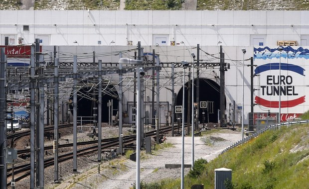Ruch w tunelu pod kanałem La Manche został czasowo wstrzymany po nocnym szturmie imigrantów w Calais. Ponad stu uciekinierów sforsowało ogrodzenie i usiłowało się przedostać na teren terminalu.