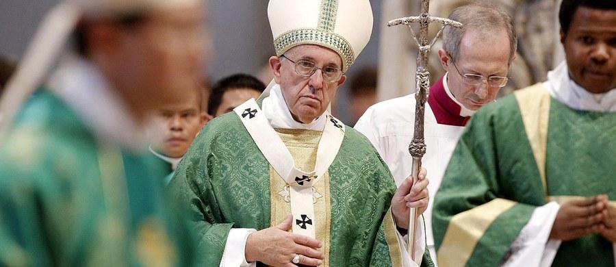 """Papież Franciszek podczas mszy z okazji inauguracji synodu na temat rodziny przypomniał swą wizję Kościoła jako """"szpitala polowego"""", gdzie czeka się na przyjęcie każdej zranionej osoby. Apelował, by nie osądzać innych, lecz leczyć akceptacją i miłosierdziem."""