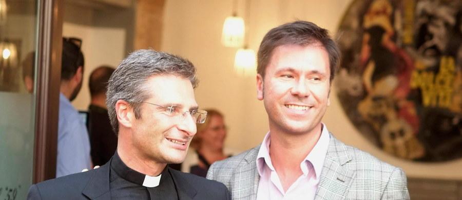 """Kardynał Walter Kasper, który jest zwolennikiem większego otwarcia Kościoła w duchu miłosierdzia, uważa, że homoseksualiści mogą przynieść dobro Kościołowi. """"Gejem człowiek się rodzi"""", Kościół powinien im towarzyszyć - stwierdził niemiecki purpurat w książce wydanej przez rozpoczętym synodem biskupów. W ostatnich dniach trwa dyskusja na temat osób homoseksualnych w Kościele. W sobotę na specjalnej konferencji prasowej w centrum Rzymu polski ksiądz Krzysztof Charamsa publicznie ogłosił, że jest gejem i żyje w związku."""