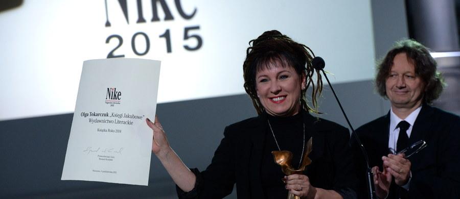 """Olga Tokarczuk została laureatką nagrody Nike za książkę """"Księgi Jakubowe"""". W finale nagrody znalazły się także: """"Matka Makryna"""" Jacka Dehnela (WAB), """"Guguły"""" Wioletty Grzegorzewskiej (Czarne), """"Sońka"""" Ignacego Karpowicza (Wydawnictwo Literackie), """"Szum"""" Magdaleny Tulli (Znak), """"Drach"""" Szczepana Twardocha (WL) oraz tomik wierszy """"Przez sen"""" Jacka Podsiadły."""