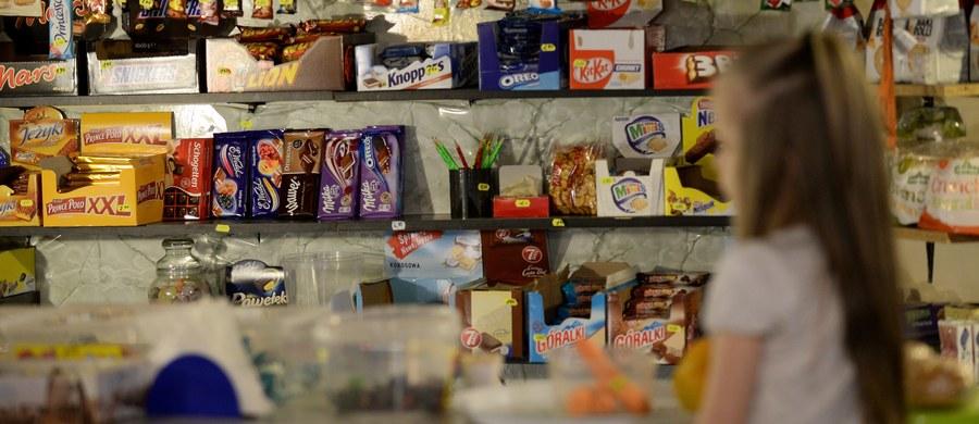 """Śledczy z resortu zdrowia, którzy przez kilka ostatnich miesięcy przeglądali asortyment szkolnych sklepików i menu stołówek, przeoczyli mleko. Dzieci bez problemu mogą pić słodkie mleko smakowe. O sprawie informuje poniedziałkowa """"Rzeczpospolita""""."""