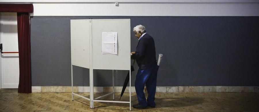 Centroprawicowa rządząca koalicja socjaldemokratów (PSD) i ludowców (CDS-PP) wysunęła się na prowadzenie w niedzielnych wyborach parlamentarnych - wynika z sondaży exit poll. Koalicja osiągnęła taki rezultat mimo swej niepopularnej polityki oszczędności.