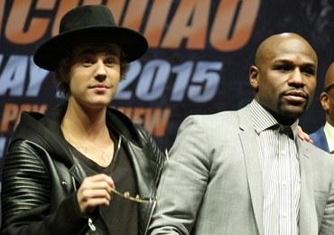 Słynny bokser wypoczywa na Francuskiej Polinezji w towarzystwie Biebera